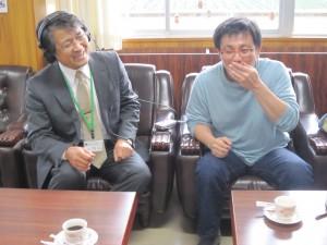 子どもたちが作った曲を聞いて大感激の大風校長先生と、片岡さん