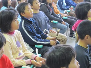 片岡さんの演奏を聴いている5年1組の子どもたち